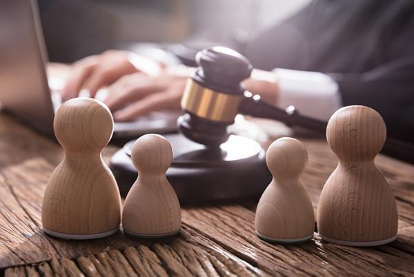 adwokat pracujący nalaptopie