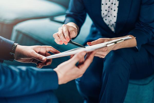 adwokat omawiający klientowi szczegóły dokumentu
