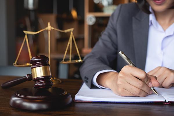 adwokat wypełniający dokument